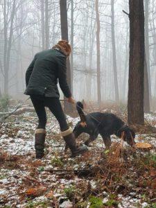 Hundetrainerin Ramona Teschner mit einem Hund beim Fährtenkurs der Hundeschule Body Talk