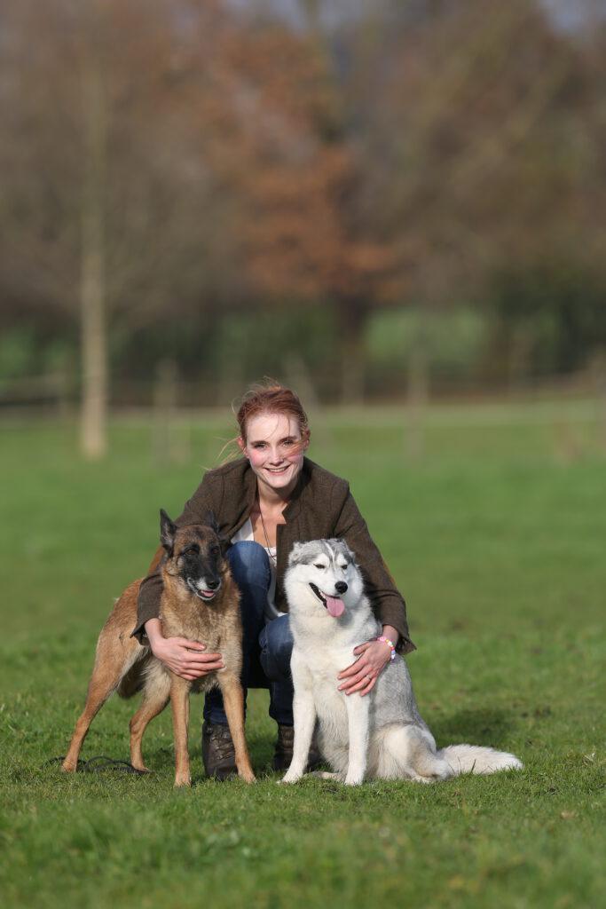 Gründerin der Hundeschule Body Talk Ramona Teschner mit ihren beiden Hunden in Oberhausen