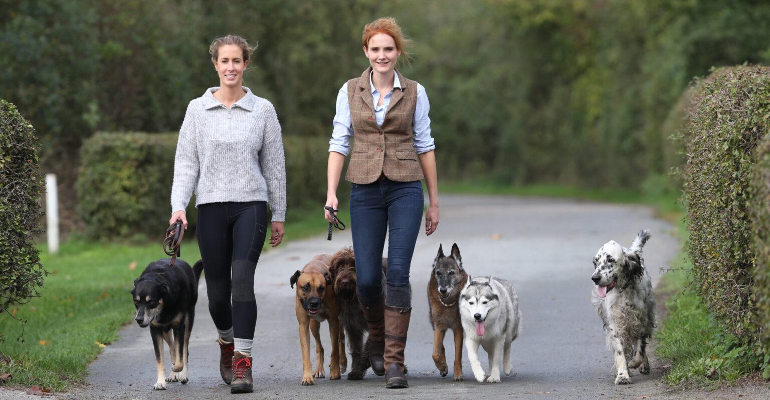 Hundetrainerinnen Ramona und Julia beim Spaziergang