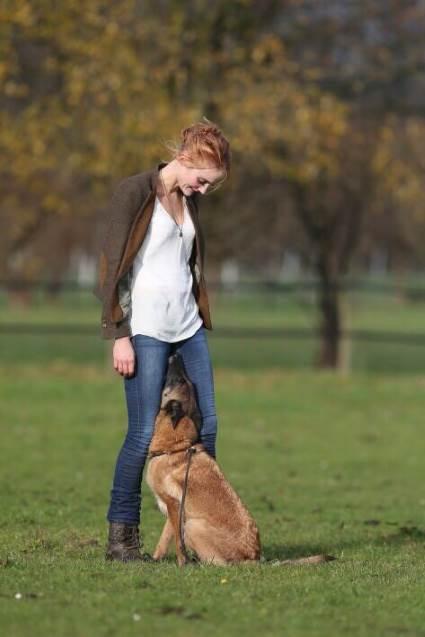 Hundetrainerin und Gründerin der Hundeschule Body Talk Ramona Teschner mit ihrer Hündin Deluxe
