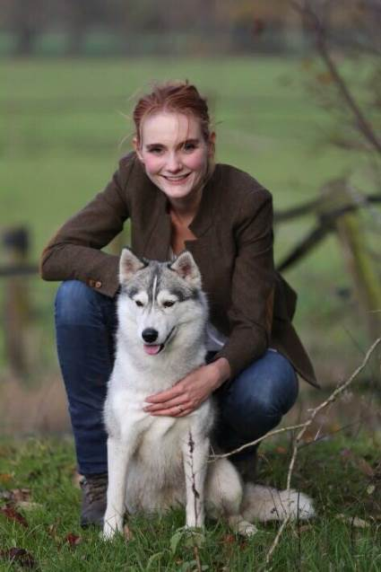 Hundetrainerin und Gründerin der Hundeschule Ramona Teschner mit ihrer Husky-Hündin Suka